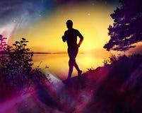 φιλτραρισμένος Το άτομο τρέχει στο όμορφο θερινό ηλιοβασίλεμα στοκ φωτογραφία