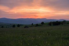 Φλογερό θερινό ηλιοβασίλεμα στοκ φωτογραφία με δικαίωμα ελεύθερης χρήσης
