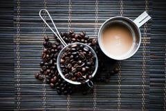 Φλυτζάνι ανοξείδωτου του coffe με τα φασόλια καφέ στοκ εικόνα