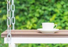 Φλυτζάνι καφέ στο κάθισμα που αναστέλλεται από τις αλυσίδες στοκ εικόνες με δικαίωμα ελεύθερης χρήσης