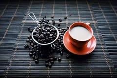 Φλυτζάνι Coffe με τα φασόλια καφέ στοκ φωτογραφία με δικαίωμα ελεύθερης χρήσης