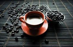 Φλυτζάνι Coffe με τα φασόλια καφέ στοκ φωτογραφίες