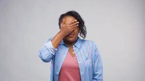 Φοβησμένη γυναίκα αφροαμερικάνων πέρα από το γκρίζο υπόβαθρο απόθεμα βίντεο