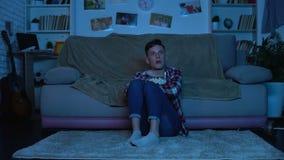 Φοβησμένη ταινία τρόμου προσοχής εφήβων αργά τη νύχτα, που τρώει popcorn, συγκινήσεις απόθεμα βίντεο