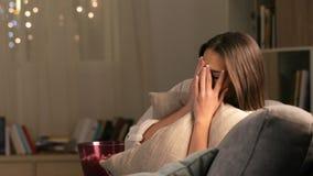 Φοβησμένος κινηματογράφος τρόμου προσοχής γυναικών στη TV φιλμ μικρού μήκους