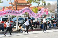 Φορείς δράκων στη χρυσή παρέλαση δράκων, που γιορτάζει το κινεζικό νέο έτος στοκ φωτογραφίες