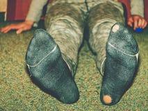 Φορεμένες κάλτσες με μια τρύπα και ένα τακούνι που κολλούν έξω στοκ φωτογραφία με δικαίωμα ελεύθερης χρήσης