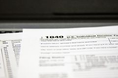 Φορολογικές μορφές σε ένα lap-top στοκ εικόνα