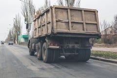 Φορτηγό στο δρόμο το φθινόπωρο στοκ εικόνα