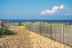 Φράκτης κατά μήκος της ακτής στοκ φωτογραφίες