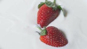 Φράουλα που πέφτει μέσα στο ράντισμα γιαουρτιού σε σε αργή κίνηση Πρόγευμα πρωινού φιλμ μικρού μήκους