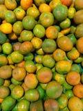 Φρέσκα στενά επάνω tangerine πράσινα και πορτοκαλιά φρούτα στοκ φωτογραφίες με δικαίωμα ελεύθερης χρήσης
