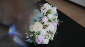 φρέσκα τριαντάφυλλα ανθ&omicron Εορταστική ανθοδέσμη των φρέσκων λουλουδιών νυφικός γάμος ανθοδεσμών γάμος λουλουδιών φιλμ μικρού μήκους