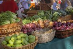 Φρέσκια επίδειξη πλάγιων όψεων των προϊόντων στην αγορά αγροτών στοκ φωτογραφία