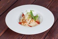 Φρέσκια και φωτεινή, σαλάτα ψαριών από τα διάφορα και ορεκτικά λαχανικά στοκ φωτογραφία με δικαίωμα ελεύθερης χρήσης