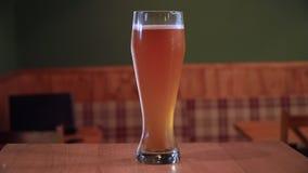 Φρέσκια μπύρα ξανθού γερμανικού ζύού στο μπαρ φιλμ μικρού μήκους