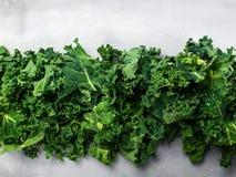 Φρέσκια οργανική πράσινη εκλεκτική εστίαση εμβλημάτων υποβάθρου κατσαρού λάχανου, τοπ άποψη, διάστημα αντιγράφων πράσινη σύσταση στοκ εικόνες