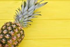 Φρέσκος οργανικός ανανάς στο ξύλινο υπόβαθρο στοκ εικόνες