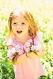 Φρεσκάδα άνοιξη παιδί μικρό ομορφιά φυσική Ημέρα παιδιών Άνοιξη μόδα θερινών κοριτσιών πρόγνωσης καιρού Ευτυχής στοκ εικόνες