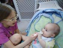 Φροντίζοντας αδελφή στοκ εικόνες