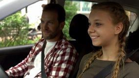 Φροντίζοντας πατέρας που διδάσκει τη νέα κόρη για να οδηγήσει το αυτοκινητικό, νέο οδηγώντας σχολείο στοκ φωτογραφίες με δικαίωμα ελεύθερης χρήσης