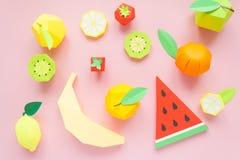 Φρούτα φιαγμένα από έγγραφο Ρόδινη ανασκόπηση Εκεί δωμάτιο ` s για το γράψιμο tropics Επίπεδος βάλτε στοκ φωτογραφίες με δικαίωμα ελεύθερης χρήσης