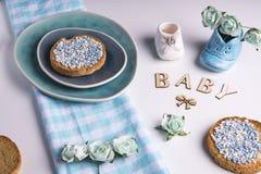 Φρυγανιά με τις μπλε σφαίρες γλυκάνισου στο μπλε πιάτο στοκ φωτογραφία με δικαίωμα ελεύθερης χρήσης