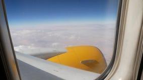 Φτερό αεροπλάνων σε μια πτήση πέρα από τα σύννεφα απόθεμα βίντεο