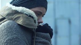 Φτωχή γυναίκα στα βρώμικα ενδύματα που αισθάνεται τον κρύο, άστεγο τρόπο ζωής, απόγνωση απόθεμα βίντεο