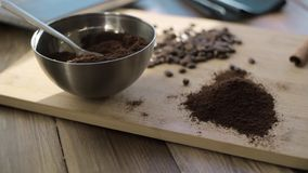 Φυσικός επίγειος καφές σε ένα κύπελλο απόθεμα βίντεο