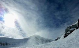 Φυσώντας ζωηρός ουρανός χιονιού στοκ εικόνες