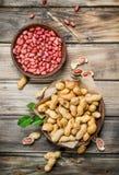Φυστίκια Inshell και ξεφλουδισμένος στα κύπελλα στοκ φωτογραφία με δικαίωμα ελεύθερης χρήσης