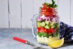 Φυτική σαλάτα σε ένα βάζο γυαλιού με τη σάλτσα στοκ φωτογραφίες με δικαίωμα ελεύθερης χρήσης