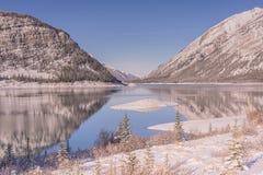 Φως πρωινού στη λίμνη ψεκασμού το χειμώνα στοκ εικόνες