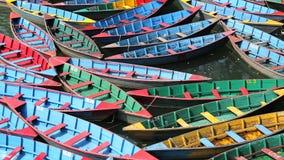 Φωτεινά πολύχρωμα ξύλινα σκάφη αναψυχής στο νερό φιλμ μικρού μήκους