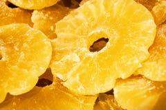 Φωτεινή κίτρινη υπόβαθρο ή σύσταση Τροπικός ξηρός - φρούτα ο ανανάς που κόβεται στα δαχτυλίδια Καλοκαίρι και εξωτικός Βιταμίνες κ στοκ φωτογραφίες με δικαίωμα ελεύθερης χρήσης