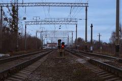 Φωτεινοί σηματοδότες σιδηροδρόμων μεταξύ των σιδηροδρομικών γραμμών στοκ φωτογραφία με δικαίωμα ελεύθερης χρήσης