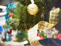 Φωτεινός και υπέροχα διακοσμημένος με το χριστουγεννιάτικο δέντρο παιχνιδιών στο λαμπρό φωτισμένο μαλακό κλίμα στοκ εικόνα με δικαίωμα ελεύθερης χρήσης