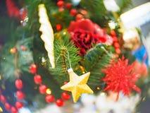 Φωτεινός και υπέροχα διακοσμημένος με το χριστουγεννιάτικο δέντρο παιχνιδιών στο λαμπρό φωτισμένο μαλακό κλίμα στοκ εικόνες με δικαίωμα ελεύθερης χρήσης