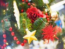 Φωτεινός και υπέροχα διακοσμημένος με το χριστουγεννιάτικο δέντρο παιχνιδιών στο λαμπρό φωτισμένο μαλακό κλίμα στοκ εικόνες