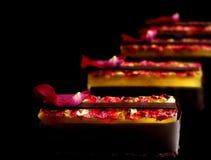 Φωτεινό επιδόρπιο λεμονιών και σοκολάτας στο μαύρο υπόβαθρο στοκ εικόνες