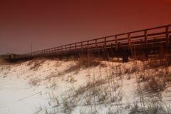 Φωτογραφία μιας αποβάθρας που έξω πέρα από την αμμώδη παραλία στοκ εικόνες με δικαίωμα ελεύθερης χρήσης