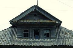 Φωτογραφία της στέγης ενός του χωριού σπιτιού με τρία παράθυρα και κεραμωμένος στο δραματικό ύφος στοκ φωτογραφίες με δικαίωμα ελεύθερης χρήσης