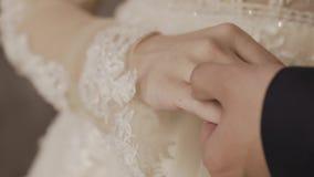 χέρια ζευγών που κρατούν π&a γάμος λουλουδιών Κινηματογράφηση σε πρώτο πλάνο φιλμ μικρού μήκους