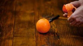 Χέρια tangerine φλούδας γυναικών, μανταρίνι φιλμ μικρού μήκους