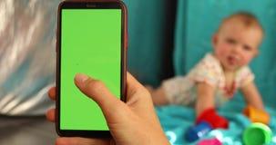 Χέρι συγκομιδών που παίρνει την εικόνα του μωρού φιλμ μικρού μήκους