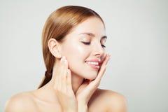 Χαλαρώνοντας γυναίκα με τις ιδιαίτερες προσοχές Το κορίτσι της Νίκαιας με το υγιές σαφές δέρμα και το φυσικό makeup που χαμογελά, στοκ φωτογραφία με δικαίωμα ελεύθερης χρήσης