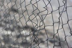 Χαλασμένος φράκτης πλέγματος μετάλλων στοκ εικόνες με δικαίωμα ελεύθερης χρήσης