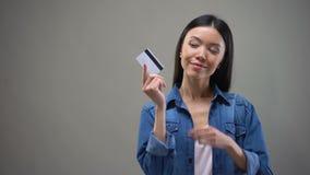 Χαμογελώντας ασιατική πιστωτική κάρτα εκμετάλλευσης γυναικών και σκέψη για τις αγορές, κανένα όριο φιλμ μικρού μήκους