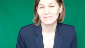 Χαμογελώντας βέβαια γυναίκα που κινείται προς τη κάμερα προς ακραίο στενό επάνω σε μια πράσινη οθόνη, κλειδί χρώματος κλείστε επά απόθεμα βίντεο